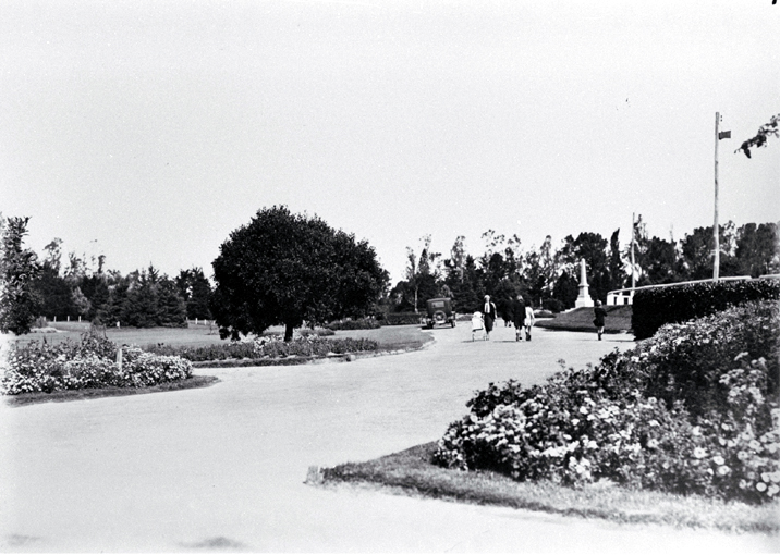 Families strolling in the Temuka Domain on Domain Avenue