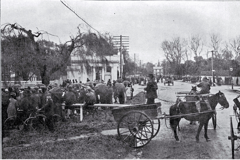 The crowd waiting in Park Terrace to see the fall of the northern tower, New Zealand International Exhibition, Christchurch