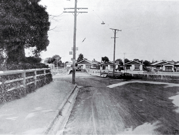 "Swanns Road bridge, looking south-east toward Retreat Road, Christchurch : ""shewing dangerous projection of corner""."