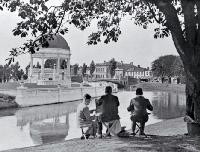 Sketching on the banks of the Avon, Oxford Terrace, near the Edmonds Rotunda, Christchurch [1932]