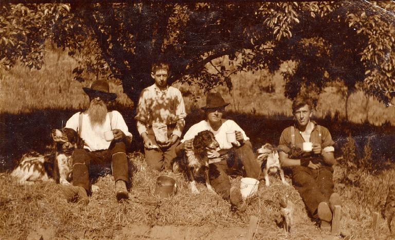 Mr. Turner, Bert Gimblett, Jack Beaumont, Jack Salt & dogs in the orchard - 1914 - 1915