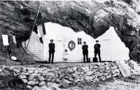 Photo of The front of Hobson's cave house [1910]